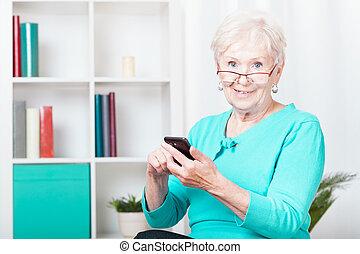 ältere frau, und, smartphone