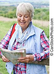ältere frau, wandern, in, landschaft, mit, landkarte