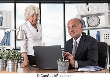 ältere leute, am arbeitsplatz