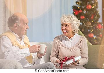 ältere leute, geben, geschenke