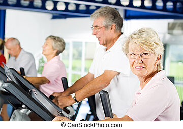 ältere leute, trainieren, turnhalle