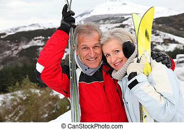 ältere paare, an, fahren ski zuflucht