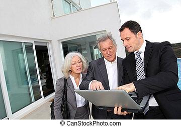 ältere paare, besuchen, luxus, landhaus, mit, immobilie agent