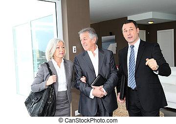 ältere paare, besuchen, modern, haus, mit, immobilie agent
