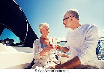 ältere paare, clinking brille, auf, boot, oder, yacht