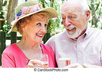 ältere paare, -, draußen, toast