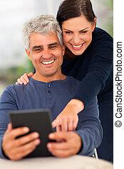 ältere paare, gebrauchend, tablette, edv
