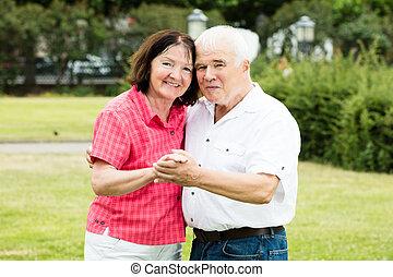 ältere paare, halten hände
