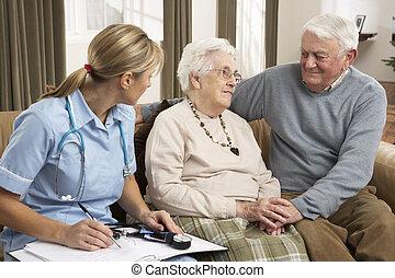 ältere paare, in, diskussion, mit, gesundheit besucher, hause