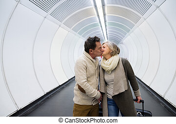 ältere paare, in, gang, von, metro, ziehen, straßenbahn,...
