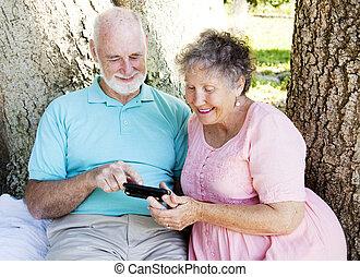 ältere paare, liest, textmitteilung