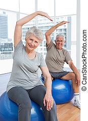 ältere paare, machen, dehnen, übungen, auf, fitness, kugeln