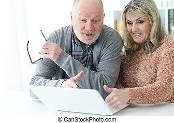 ältere paare, mit, laptop