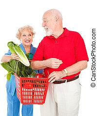 ältere paare, nahrungsmittel einkaufen