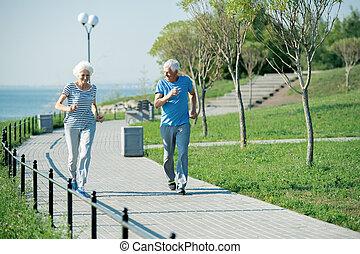 ältere paare, rennender , draußen