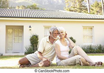 ältere paare, sitzen draußen, träumen heim