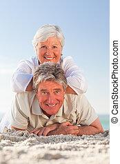 ältere paare, unten, liegen, sandstrand