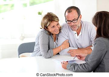 ältere paare, unterzeichnung, finanziell, vertrag