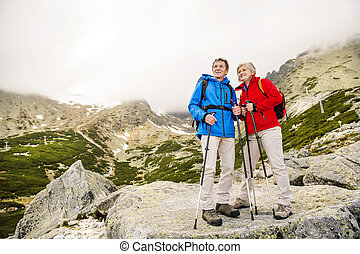 ältere paare, wandern