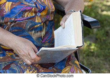 ältere person, lesende
