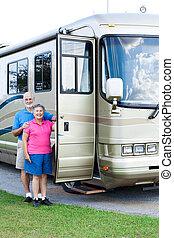 ältere, porträt, campingbus, -, senkrecht