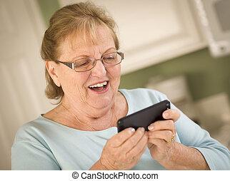 älterer erwachsener, frau, texting, auf, klug, mobilfunk