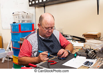 älterer mann, arbeitende , in, werkstatt