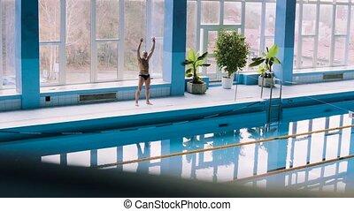 älterer mann, dehnen, per, der, innen, schwimmender, pool.