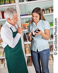 älterer mann, eigentümer, assistieren, weibliche , kunde, in, wählen, produkt