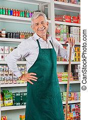 älterer mann, eigentümer, stehende , gegen, regale, in, kaufmannsladen