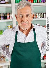 älterer mann, eigentümer, stehende , in, lebensmittelgeschäft