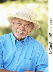 älterer mann, entspannend, in, kleingarten