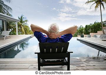 älterer mann, entspannend, per, a, luxuriös, teich