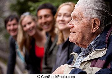 älterer mann, erzählen geschichten