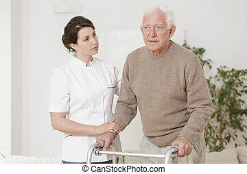 älterer mann, gebrauchend, laufgestell
