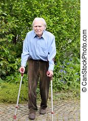 älterer mann, gebrauchend, unterarm, gehhilfe, gehen