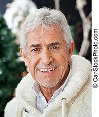 älterer mann, in, weihnachten, kaufmannsladen
