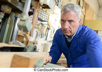 älterer mann, kaufen, baugewerbe, holz, in, a, diy, kaufmannsladen