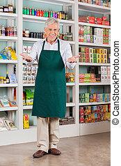 älterer mann, kaufmannsladen, eigentümer, begrüßen, in, supermarkt