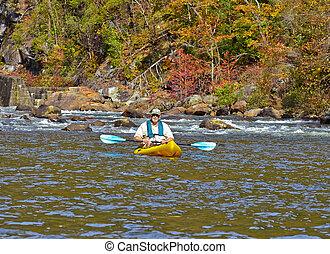 älterer mann, kayaking, in, herbst