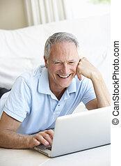älterer mann, laptop benutzend, edv