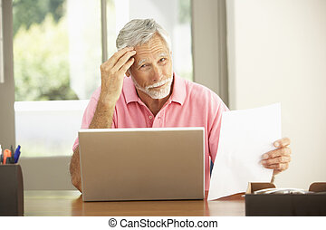 älterer mann, laptop benutzend, hause