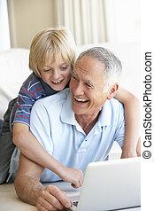älterer mann, mit, junger junge, laptop benutzend, edv