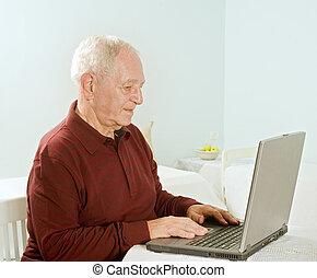 älterer mann, mit, laptop-computer