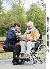 älterer mann, mit, tablette