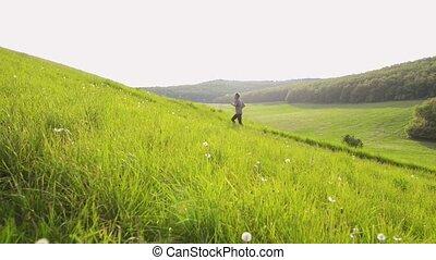älterer mann, rennender , draußen, auf, der, grün, hill.