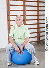 älterer mann, sitzt, auf, a, fitball