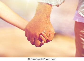 älterer mann, und, kind, halten hände