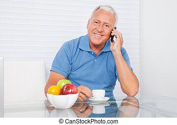 älterer mann, unterhaltung zelle telefon
