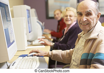 älterer mann, verwenden computers
